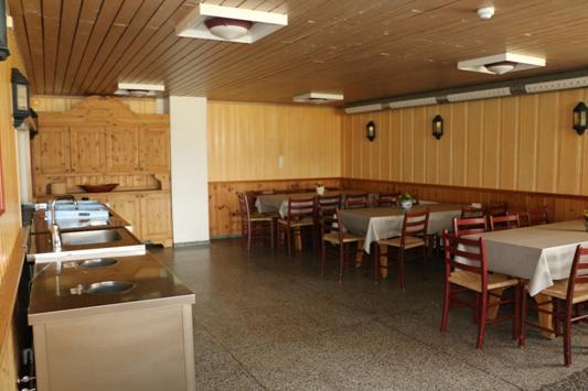 spisebord og stoler i en kantine