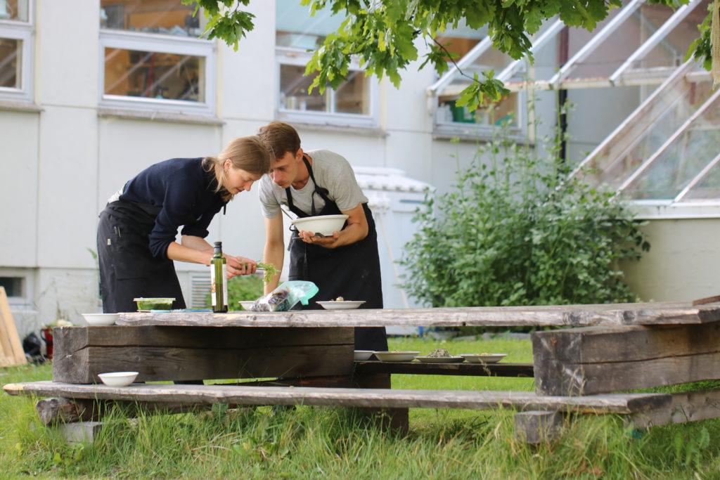 De to kokkene Cornelia Øiestad og Kamil Benon anretter mat på Nytteveksttreffet i Fosen i 2018. Foto: Lene Johansen.