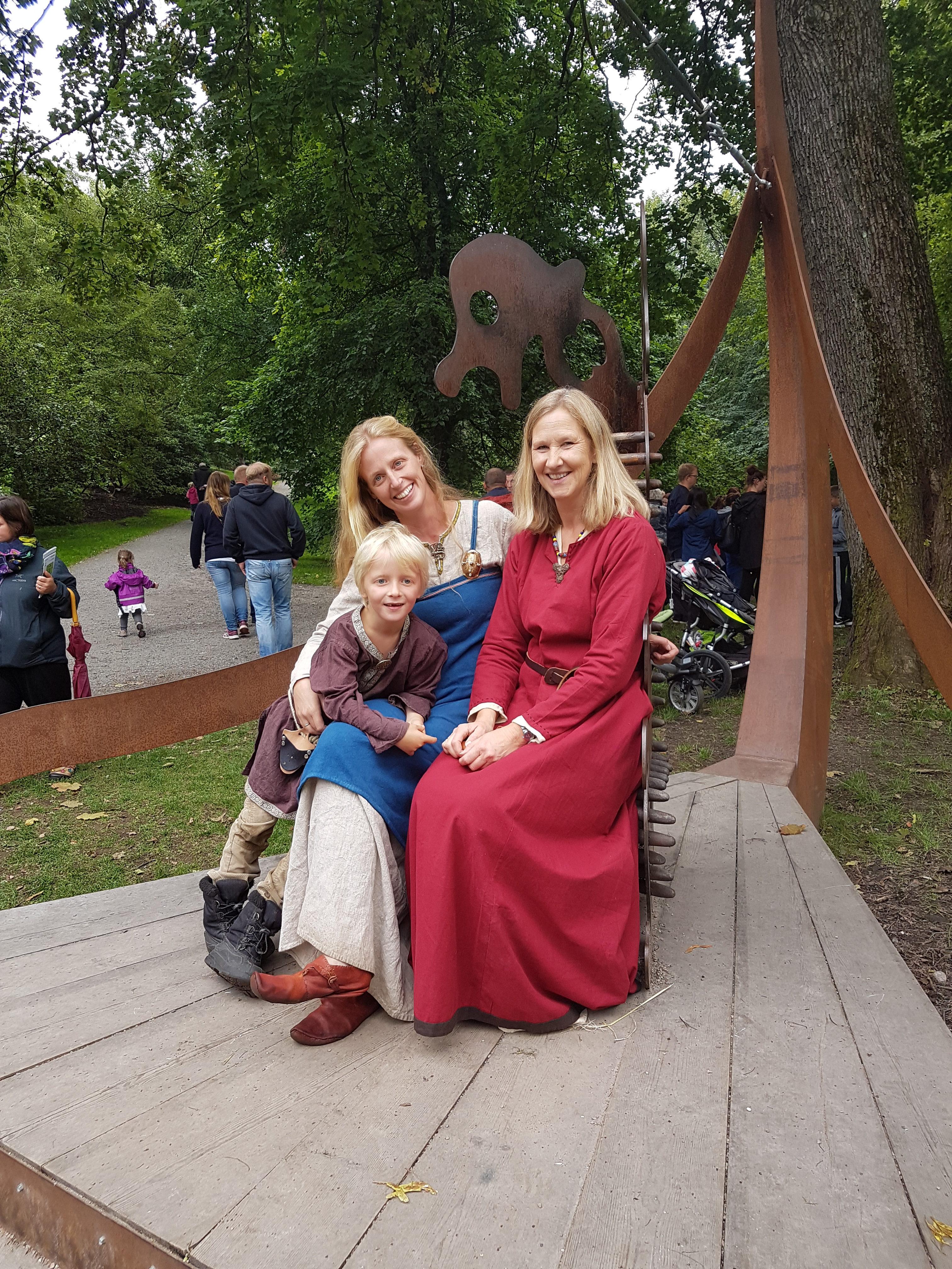 Anneleen Kool med too andre personer i full vikingmundur i Vikinghagen på Naturhistorisk Museum på Tøyen i Oslo. Foto: Lene Johansen.
